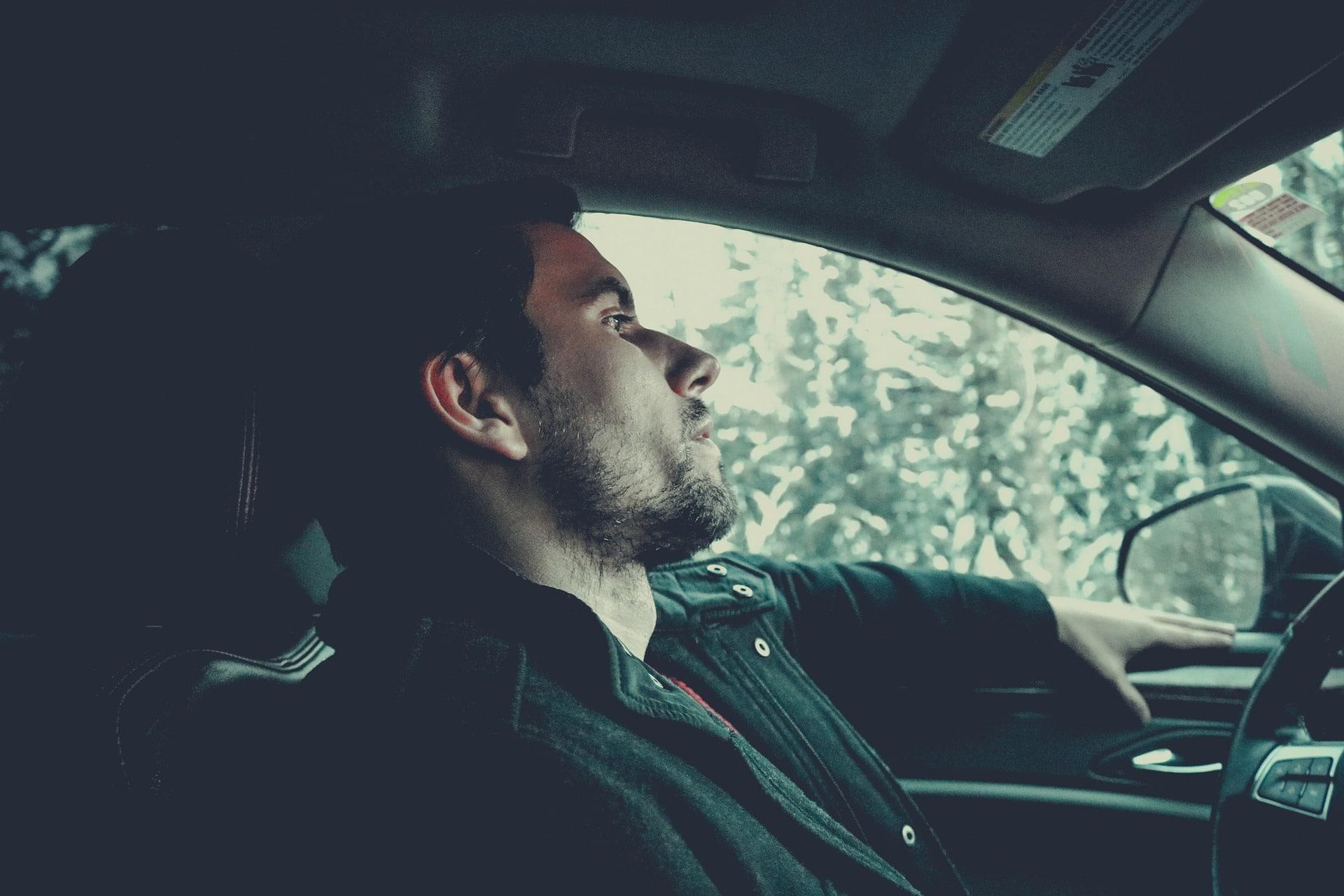 mężczyzna podróżujący samochodem osłabiony przez wilgoć