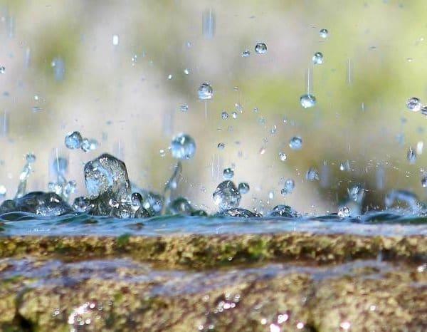 Krople deszczu padające na ziemię